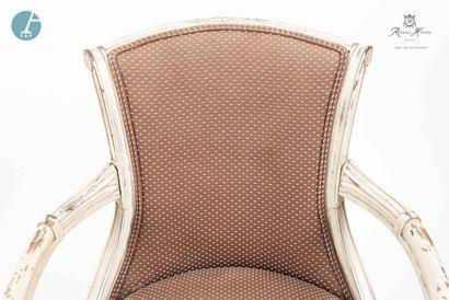 Lot d'un fauteuil et une chaise en bois naturel et teinté mouluré et sculpté. Deux...