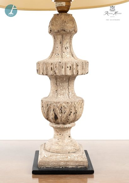 Paire de lampes en bois à patine blanche, mouluré et sculpté. Marque Blanc d'Ivoire....