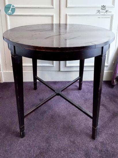 Une table circulaire en bois teinté, les...
