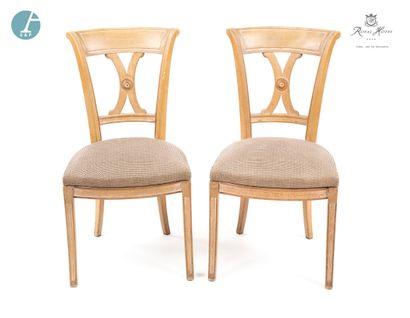 Lot de quatre chaises en bois laqué blanc, assise en tissu quadrillé bleu. Style...