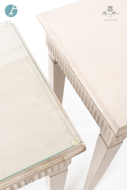 Paire de chevets en bois laqué blanc, ouvrant à un tiroir. Dessus de verre sur un...