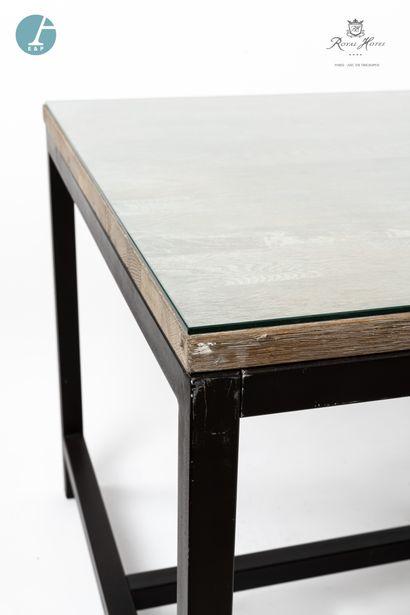 Table, piètement métal, plateau bois, dessus de verre. Marque BLANC D'IVOIRE. H:...