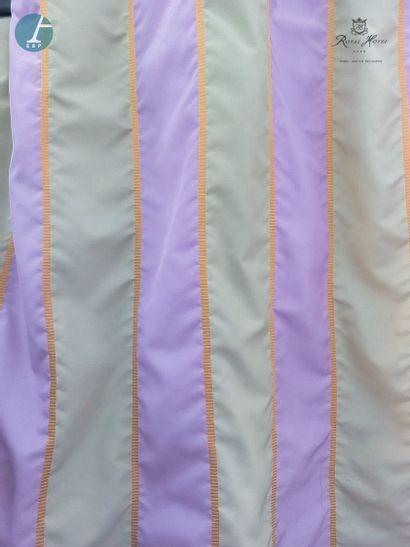 Deux paires de rideaux à rayures verticales...