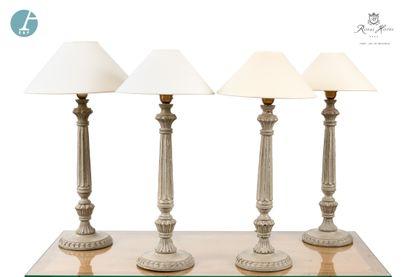 Lot de quatre lampes piètement en bois mouluré...