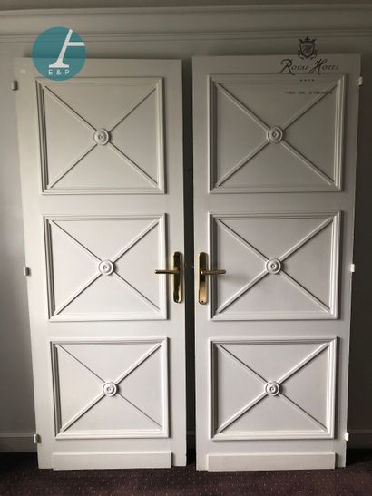 Paire de portes en bois mouluré sculpté et...