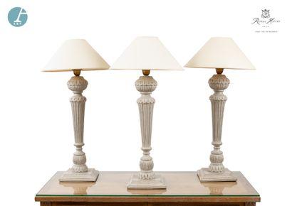 Lot de trois lampes piètement en bois mouluré...