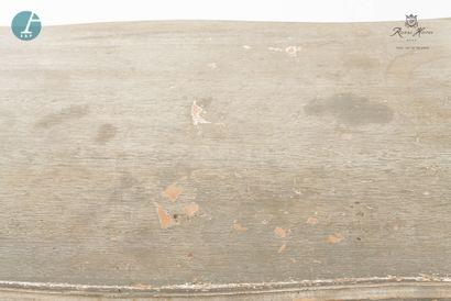 Un bureau en bois laqué gris mouluré et sculpté. Ouvrant à un tiroir en ceinture....