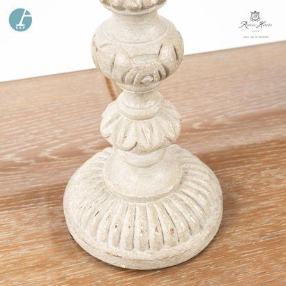 Lot de quatre lampes en bois mouluré et sculpté, à patine blanche. H : 61cm (avec...