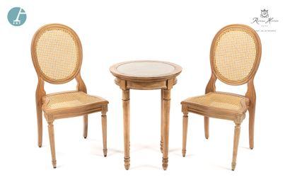 Lot de deux chaises à dossier médaillon...