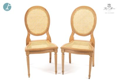 Lot de trois chaises et un fauteuil en bois naturel mouluré et sculpté, dossiers...