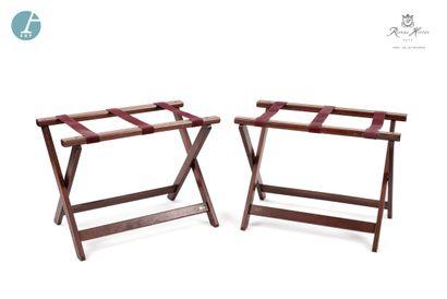 Lot de trois pliants porte-bagage en bois teinté façon acajou et baguette de laiton,...