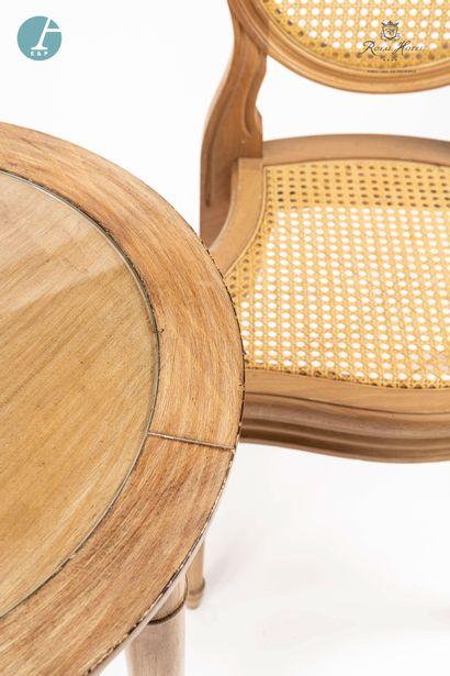 Lot de deux chaises à dossier médaillon en bois naturel mouluré et sculpté, assise...