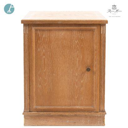 Meuble frigo en bois naturel mouluré et sculpté,...