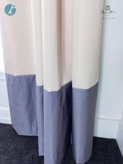 Deux paires de rideaux beiges et gris argenté,...