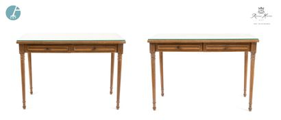Paire de bureaux en bois naturel mouluré...