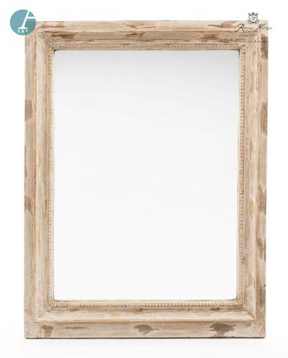 Lot de trois miroirs en bois patiné blanc....