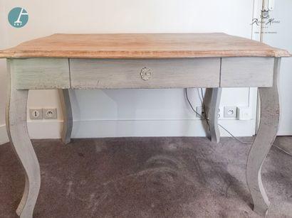 Un bureau en bois naturel mouluré et laqué...