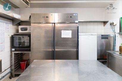 L'équipement complet de la cuisine, comprenant...
