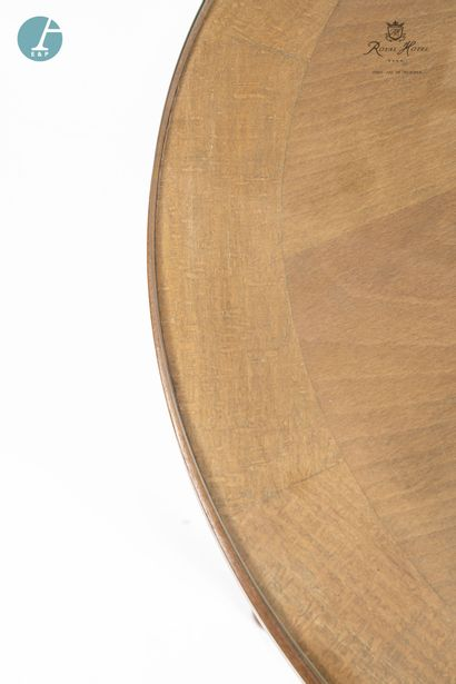 Lot de quatre petites tables rondes en bois naturel mouluré, plateau en verre.  H...