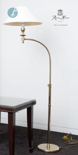 Un lampadaire en métal doré, hauteur réglable....