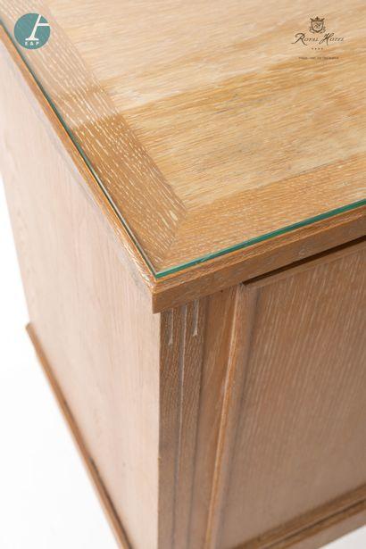 Un bureau ministre en bois naturel mouluré et sculpté, ouvrant à un tiroir et une...