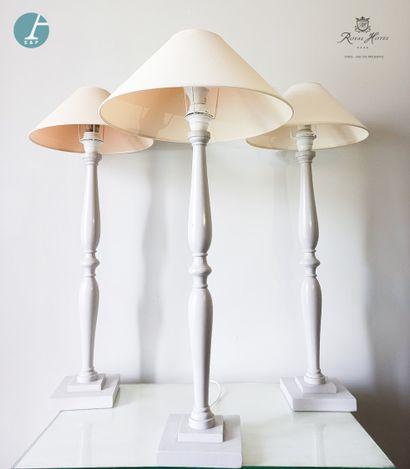 Lot de trois lampes en bois mouluré et laqué...