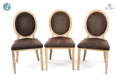 Lot de trois chaises en bois naturel mouluré et sculpté, dossier médaillon, garniture...