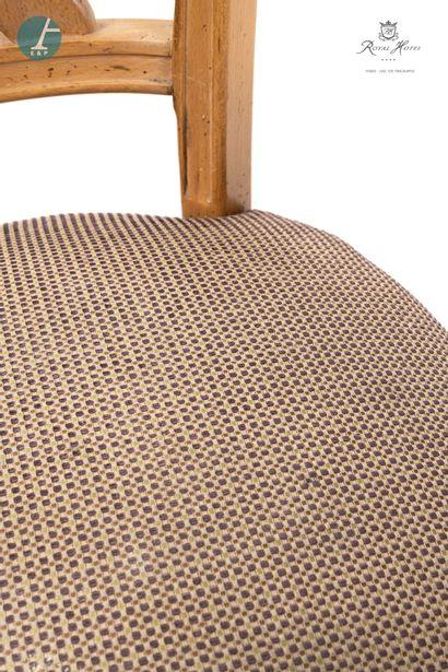 Lot de deux chaises en bois naturel mouluré et sculpté, garniture en tissu quadrillé...