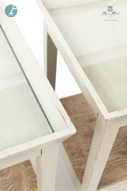 Paire de chevets en bois laqué gris, ouvrant à un tiroir. Dessus de verre.  H :...