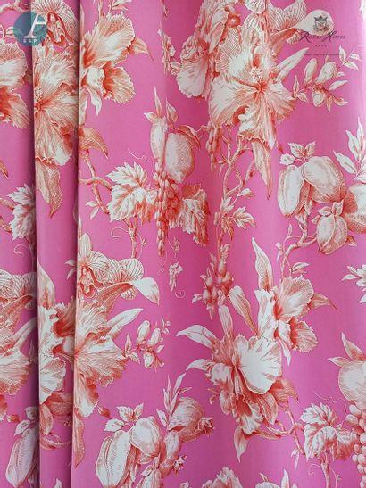 Deux paires de rideaux à motif de fleurs...