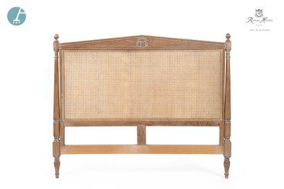 Une tête de lit en bois naturel mouluré et...