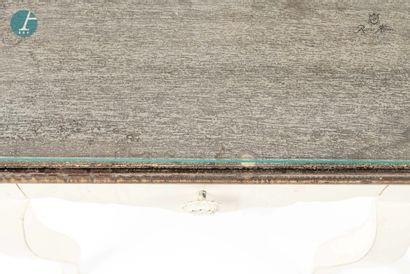 Paire de chevets en bois laqué blanc, ouvrant à un tiroir. Dessus de verre. Style...