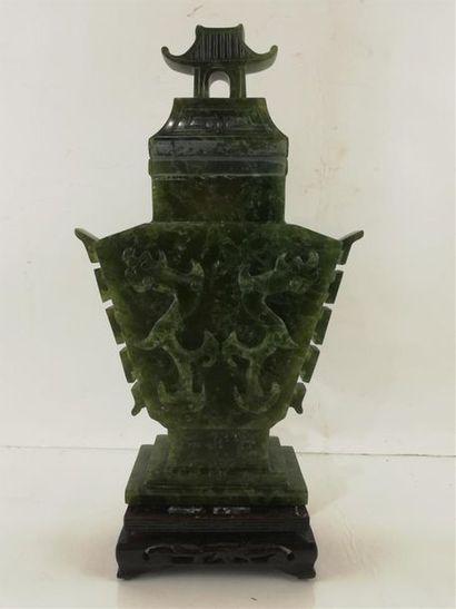 [ASIE] VASE couvert en jadéite verte à décor...