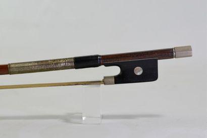 Archet signé LUPOT. Long: 74.6 cm. Pb: 58...