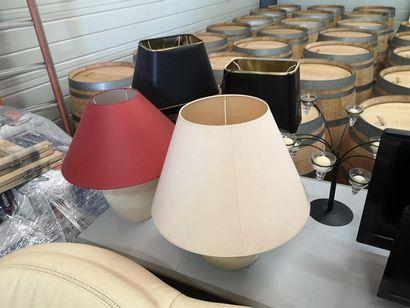 Lot comprenant 4 lampes modernes, et un chandelier...