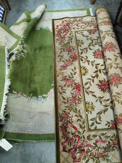 TAPIS CHINOIS en laine à fond vert et décor...