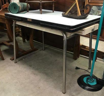 TABLE à pieds chromés et plateaux en formica...