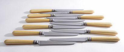 SUITE de 11 couteaux de table et 12 à dessert,...