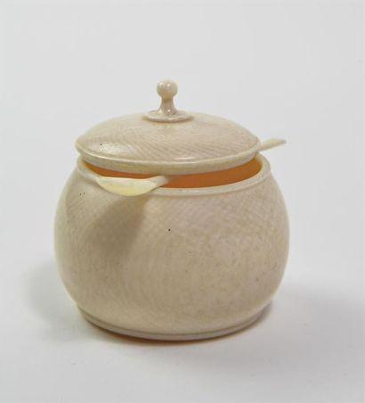 DIEPPE, boite à onguent avec son couvercle et sa cuillère en ivoire, taille directe....