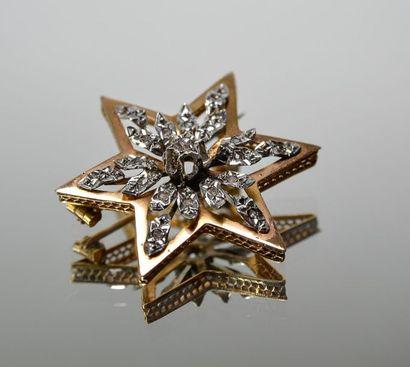 BROCHE en or jaune en forme d'étoile sertie...