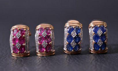 DEUX PAIRES DE BOUCLES D'OREILLES en arc en or serties de rubis ou saphirs ovales...
