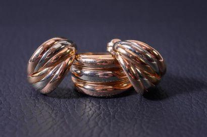 LARGE BAGUE formée de trois anneaux en or...
