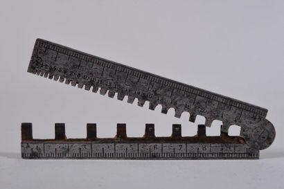 DOUBLE Décimètres pliant à dents en métal. XIXe