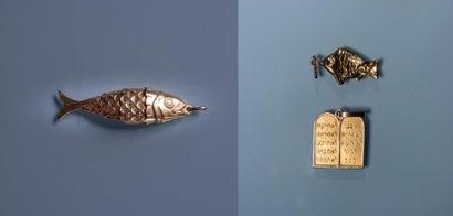 TROIS PENDENTIFS en or: poisson articulé,...