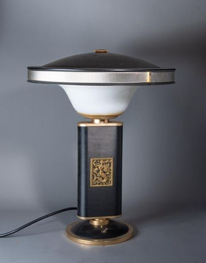 Attribuée à Eileen GRAY (1878-1976) LAMPE...