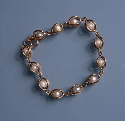 BRACELET en or orné de perles de culture...
