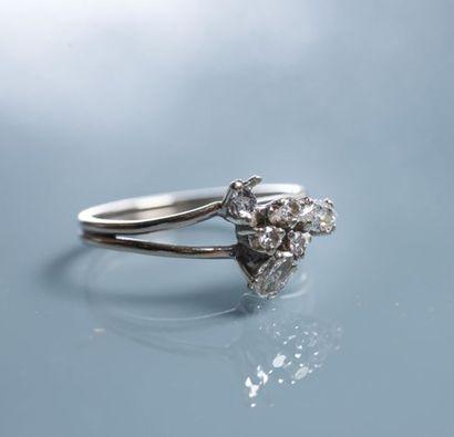 BAGUE en or ornée de 5 diamants: 3 taillés...