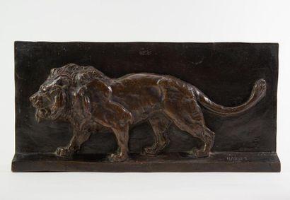 Antoine-Louis BARYE (1795 - 1875) «Lion marchant» Bronze en haut relief, signé....