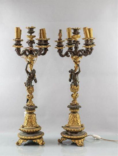PAIRE DE CANDELABRES à cinq lumières en bronze...