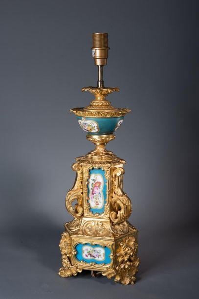 PIED DE LAMPE en bronze doré à décor de volutes,...